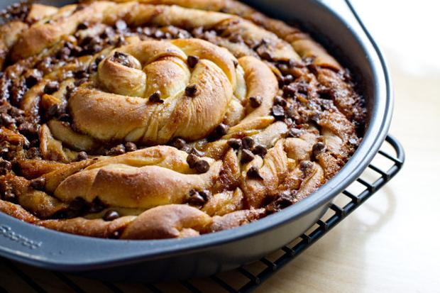 Choclate-chip-cinnamon-bun-cake-by-Poetinthepantry
